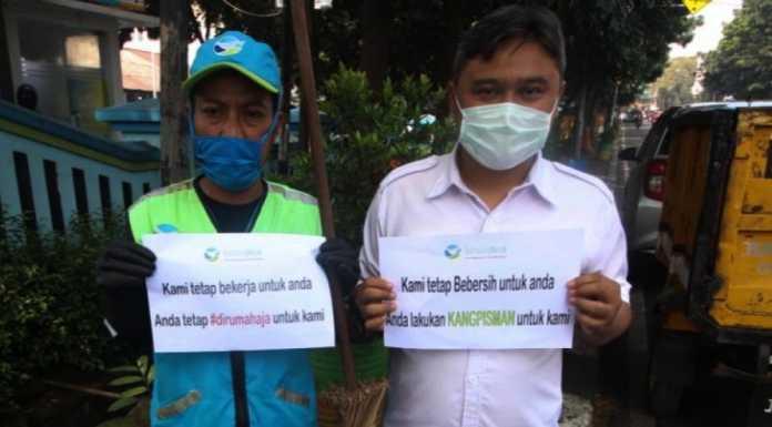 Perang Lawan COVID 19, Pemkot Bandung Bagikan Vitamin dan Masker Ke Petugas Kebersihan (bandung.go.id)