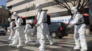 Tentara Korea Selatan mengenakan pakaian pelindung semprotan desinfektan di Daegu, Korea Selatan, 2 Maret 2020. (CGTN.COM)
