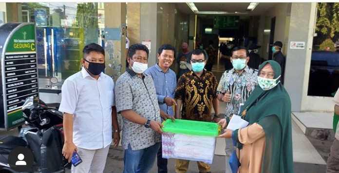 Perang Lawan COVID 19, anggota DPRD Jabar Sumbang APD Tenaga Medis  di RSUD Kota Bekasi (instagram @wasisto001)