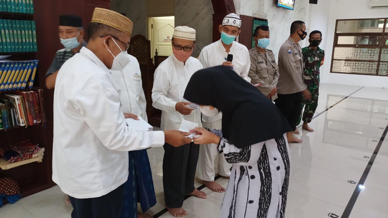 Penyerahan santunan bagi anak yatim di Lingkungan RW 021 dan 022 Bumi Satria Kencana Kayuringin Jaya Bekasi, Sabtu 8 Mei 2021. Foto : hatta.